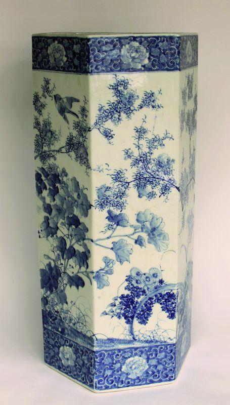 porte parapluie en porcelaine d cor en bleu art asiatique. Black Bedroom Furniture Sets. Home Design Ideas