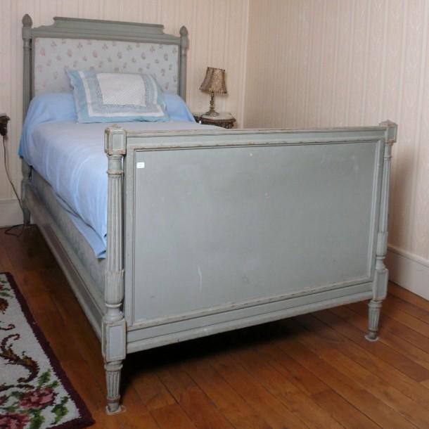 lit en bois sculpt laqu gris montants cannel s style louis xvi antiquit s et meubles. Black Bedroom Furniture Sets. Home Design Ideas