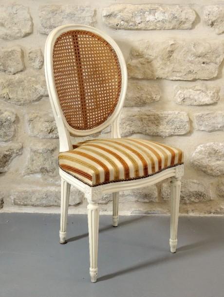 chaise en bois moulur et sculpt laqu e style louis xvi antiquit s et meubles anciens. Black Bedroom Furniture Sets. Home Design Ideas
