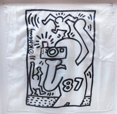 Keith Haring (d'après) « Focus on Aids, 1987 » Impression sur mouchoir de soie