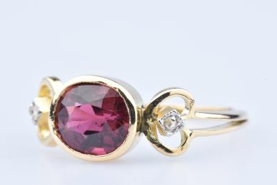 Bague en or jaune 18 ct 2 diamants env. 0,02 ct 1 rubis centrale env. 0,70 ct 2