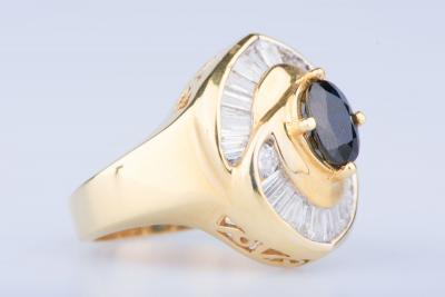Bague en or jaune 18 ct 1 saphir env. 0,75 ct 2 diamants env. 0,20 ct au total 23 diamants baguettes 1,15  ct au total 2