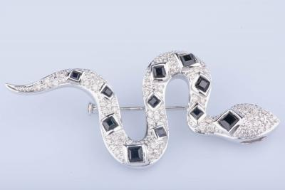 Broche en or blanc 18 ct 49 diamants env. 0.49 ct au total 5 saphirs 3 saphirs 3 saphirs 2