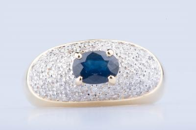 Ring in yellow gold of  18 ct 61 diamonds approx. 0,61 ct in total 1 sapphire approx. 0.80 ct