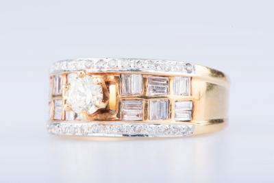 Bague en or jaune 18 ct 1 diamant env. 0.30 ct 30 diamants env. 0.30 ct au total 24 diamants baguettes 2