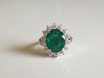Grey gold ring 750/1000 set with emerald of 6.5 carats and diamonds