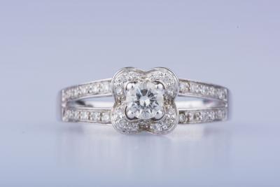 6d27d63e313ac Bague solitaire en or blanc MAUBOUSSIN 18 ct 1 diamant central env ...
