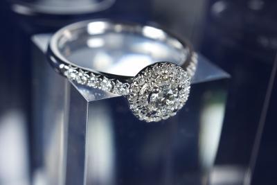 Superbe bague en or blanc 18 kt sertissant un diamant central naturel de  taille brillant de 0,19 carat avec double entourage et corps de bague  sertis de ... 154927e75665
