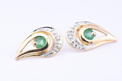 18ct (750/1000) two-tone drop earrings with 2 round emeralds 0.14 ct in total and 2 brilliant cut diamonds of 0.01 ct in total.
