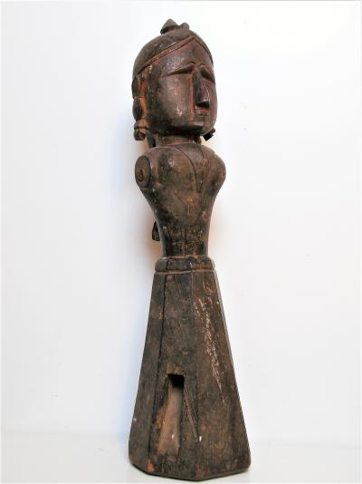 Rare and large feminine figure in wood, cult of the goddess Gauris, Bhils ethnic group, North India, 19th century