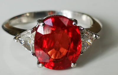 Bague en or gris 18 carats rubis Songea de 4.39 carats - diamants triangles